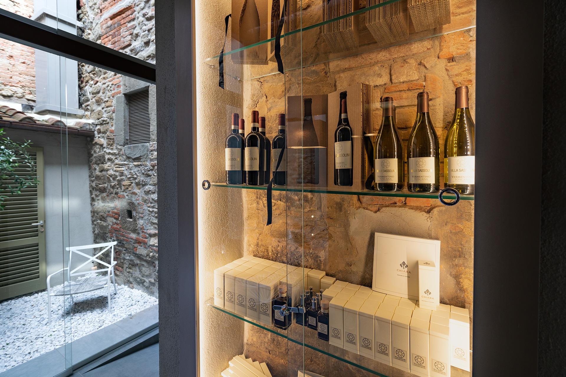 Ricca scelta di vini e profumi per ambieneti firmati Villa Sassolini e