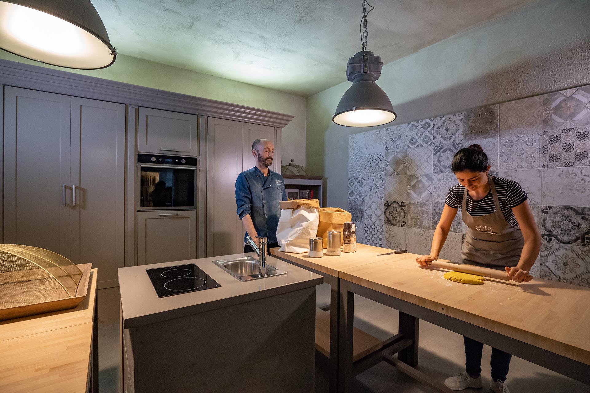 corsi di cucina in toscana nella cucina moderna di Villa Sassolini